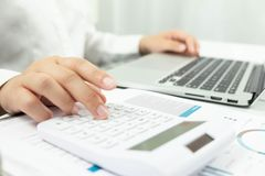Contabilidad empresarial considerando y auditando la enseñanza Trabajo asesor fotografía de archivo libre de regalías