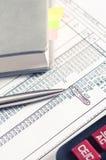 contabilidade diário com a calculadora na pena da tabela Imagem de Stock