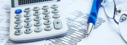 Contabilidade financeira com relatórios de papel e calculadora