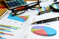 A contabilidade financeira do negócio do escritório da mesa calcula, representa graficamente analy Fotografia de Stock Royalty Free