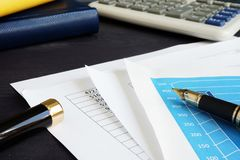 contabilidade Originais e cartas financeiros em uma mesa fotos de stock