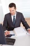 Contabilista que trabalha no escritório fotografia de stock