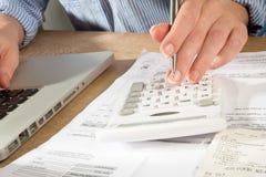 Contabilità con il calcolatore, la penna ed il computer di Laprop Fotografia Stock Libera da Diritti