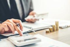 Contabilità dell'uomo di affari che calcola il investm economico costato del bilancio fotografia stock