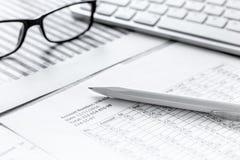Contabilità di imposte nell'area di lavoro dell'ufficio sulla vista superiore del fondo di pietra dello scrittorio immagini stock libere da diritti