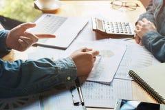 contabilità di lavoro di finanza di verifica di riunione del gruppo di affari immagini stock