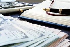Contabilità di piccola impresa Mucchio di soldi, della nota e della penna fotografia stock libera da diritti