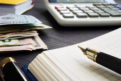 Contabilità ed investimento di piccola impresa Calcolatore e soldi immagine stock