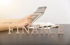 Contable con la calculadora y alfabeto de las finanzas en la mesa fotos de archivo libres de regalías