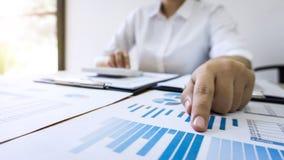 Contable de la mujer de negocios que trabaja y que calcula datos financieros sobre los documentos del gráfico, haciendo finanzas  foto de archivo libre de regalías