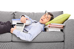 Contable de sexo masculino que duerme en una pila de carpetas Fotografía de archivo