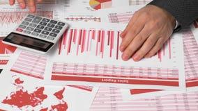 Contable del hombre de negocios que usa la calculadora para calcular finanzas en oficina del escritorio concepto de la contabilid metrajes