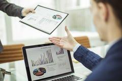 Contable, pasos en las manos del informe financiero de Finance del encargado para el lugar de trabajo Imagen de archivo libre de regalías