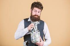 Contable personal Hombre de negocios con sus ahorros del d?lar Riqueza y bienestar Ahorros de la seguridad y del dinero banking fotografía de archivo libre de regalías