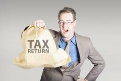 Contable que lleva a cabo reembolso grande de la declaración de impuestos Imagen de archivo