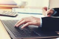 contable que usa el ordenador portátil en oficina finanzas y accountin del concepto imagen de archivo