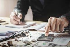 Contable Working In Office finanzas del negocio y co que considera fotografía de archivo libre de regalías