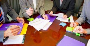Contact d'équipe avec des documents et l'écriture Photos libres de droits
