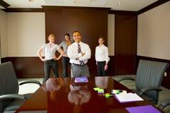 Contact d'équipe avec le mâle dans le plan Images libres de droits
