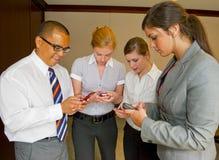 Contact d'équipe envoyant des messages avec texte Images libres de droits