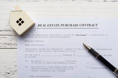 Contact d'achat d'immobiliers de vue supérieure avec un modèle architectural photo libre de droits