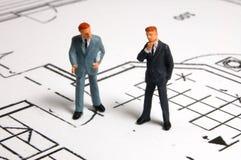 Contact d'homme d'affaires sur le plan d'architecture Photos stock