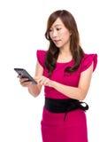 Contact de femme d'affaires au téléphone portable images stock