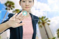 Contact de femme d'affaires le bouton virtuel de nuage photo stock
