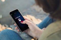 Contact de femme l'écran de son smartphone avec le sim verrouillé photographie stock libre de droits