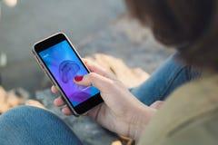 Contact de femme l'écran de son smartphone avec le websit frais de conception images stock