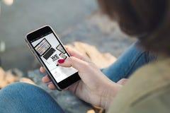 Contact de femme l'écran de son smartphone montrant le site Web mobile images stock