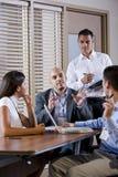 Contact de gestionnaire avec des employés de bureau, dirigeant Image stock