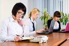 Contact de jeunes dames d'affaires Images stock
