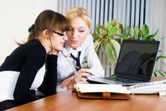Contact de jeunes dames d'affaires Images libres de droits