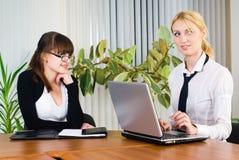 Contact de jeunes dames d'affaires Photo stock