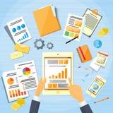 Contact de main d'homme d'affaires de diagramme de finances de Tablette Photographie stock