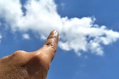 Contact de main le ciel images stock