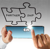 Contact de main sur l'ordinateur et le partenariat de tablette photographie stock