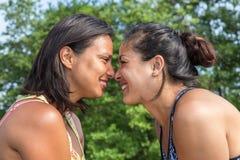 Contact de nez de femmes du portrait deux Photographie stock libre de droits