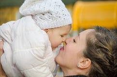 Contact de nez de maman et de bébé Photos stock