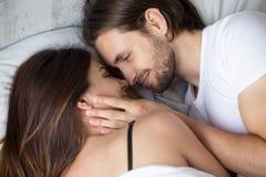 Contact face à face menteur de couples heureux, vue supérieure de plan rapproché Photos stock