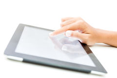Contact femelle de main de plan rapproché sur l'écran de comprimé sur le blanc Photos stock