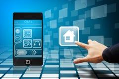 Contact futé de main sur l'icône à la maison du téléphone intelligent Image libre de droits