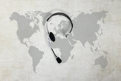 Contact globaal concept, hoogste meningshoofdtelefoon en kaart Royalty-vrije Stock Foto's