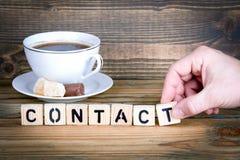 Contact Houten brieven op de bureau, informatieve en communicatie achtergrond stock foto's
