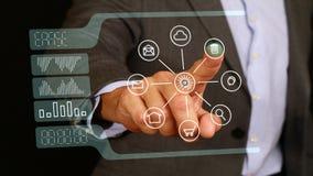 Contact masculin d'homme d'affaires avec le bouton d'effacement de doigt sur le moniteur en verre, écran tactile Internet, techno Photographie stock