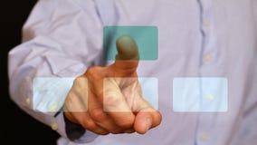 Contact masculin d'homme d'affaires avec le bouton de doigt sur le moniteur en verre, écran tactile Internet, technologie, concep Photo stock