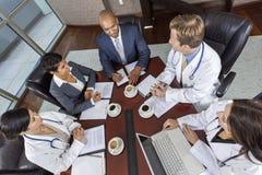 Contact médical d'équipe d'affaires dans la salle de réunion Image libre de droits