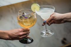 Contact van twee glazen in de handen van een kerel en een meisje Stock Fotografie