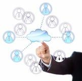 Contactando trabalhadores fêmeas e masculinos através da nuvem Fotografia de Stock Royalty Free